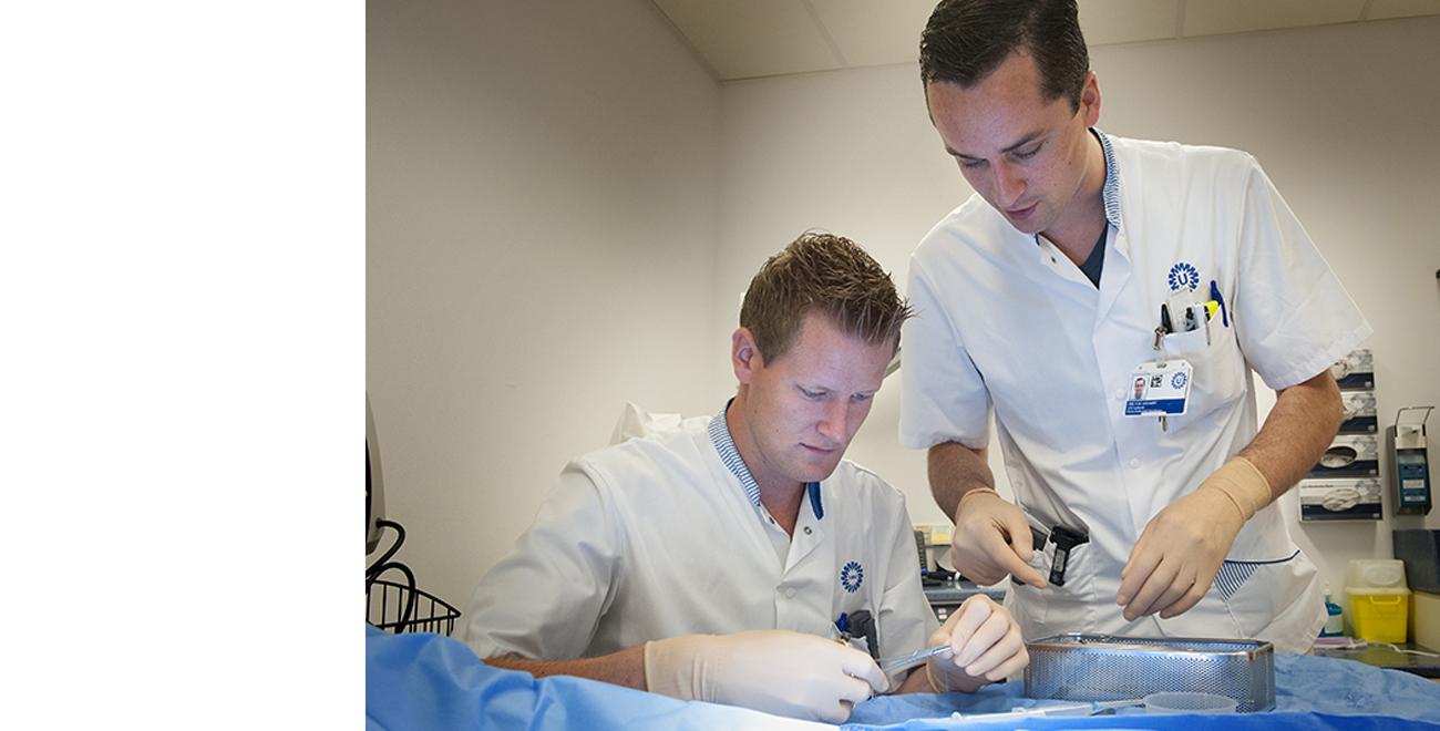 Medisch specialist en student aan het werk